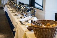 Tabla de comida fría del abastecimiento con el surtido delicioso de la comida de pasteles frescos Fotografía de archivo