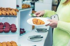 Tabla de comida fría del abastecimiento con la comida y los bocados para las huéspedes del evento Grupo de personas en todos lo q Fotos de archivo