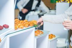 Tabla de comida fría del abastecimiento con la comida y los bocados para las huéspedes del evento Grupo de personas en todos lo q Fotografía de archivo