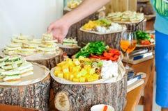 Tabla de comida fría exterior del abastecimiento con una comida deliciosa para las huéspedes del evento en estilo rústico Servici Fotos de archivo