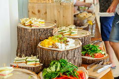 Tabla de comida fría exterior del abastecimiento con una comida deliciosa para las huéspedes del evento en estilo rústico Servici Foto de archivo