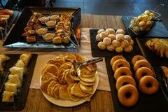 Tabla de comida fría griega del desayuno por completo con variedades de pasteles, de bollos, de crepes, de anillos de espuma, de  foto de archivo libre de regalías