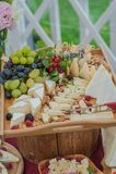 Tabla de comida fría de la boda fotos de archivo