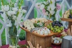 Tabla de comida fría de la boda foto de archivo