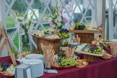 Tabla de comida fría de la boda imagen de archivo