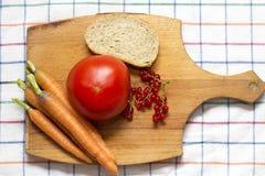 Tabla de cortar con las verduras Fotografía de archivo libre de regalías