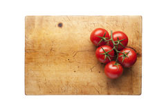 Tabla de cortar con los tomates Fotografía de archivo libre de regalías