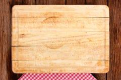 Tabla de cortar de Оld en un tablero de madera Imágenes de archivo libres de regalías