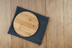 Tabla de cortar de madera de bambú en blanco Imagen de archivo