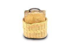 Tabla de cortar de madera en la cesta aislada en blanco Fotos de archivo