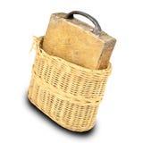 Tabla de cortar de madera en la cesta aislada en blanco Imagen de archivo libre de regalías
