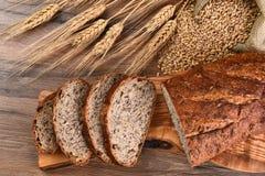 Tabla de cortar del pan del Multi-grano Fotos de archivo