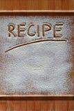 Tabla de cortar del vintage cubierta con la harina espacio para el texto del menú de la receta en viejo fondo de madera Imagen de archivo