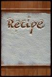 Tabla de cortar del vintage cubierta con la harina espacio para el texto del menú de la receta en viejo fondo de madera fotografía de archivo