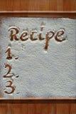 Tabla de cortar del vintage cubierta con la harina espacio para el texto del menú de la receta en viejo fondo de madera foto de archivo