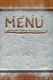Tabla de cortar del vintage cubierta con la harina espacio para el texto del menú de la receta en viejo fondo de madera Imagen de archivo libre de regalías
