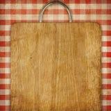 Tabla de cortar el pan del fondo de la receta sobre tablecoth rojo de la comida campestre de la guinga Fotografía de archivo