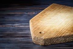 Tabla de cortar de madera en la tabla del vintage de la cocina fotos de archivo
