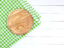 Tabla de cortar redonda en la tabla de madera blanca fotos de archivo libres de regalías