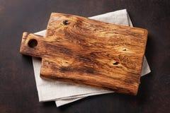 Tabla de cortar sobre la toalla en la tabla de cocina de piedra fotos de archivo libres de regalías