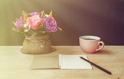 Tabla de escritor, de libreta con el lápiz y de flor artificial Imagen de archivo libre de regalías