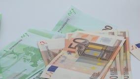 Tabla de Euros Are Falling On The de la c?mara lenta Cuenta de cuentas de los euros del euro almacen de video
