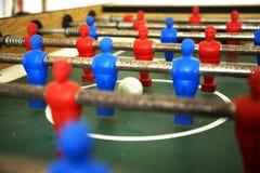 Tabla de Foosball con la bola en foco foto de archivo