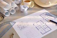 Tabla de funcionamiento de ingeniero de construcción con el plan del elev del proyecto imagen de archivo libre de regalías