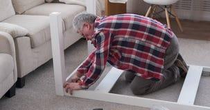 Tabla de junta del carpintero con destornillador en casa almacen de metraje de vídeo