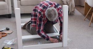 Tabla de junta del carpintero con destornillador en casa metrajes