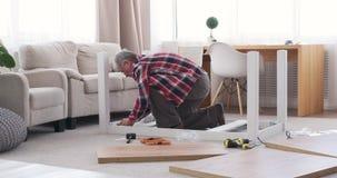 Tabla de junta del carpintero en casa almacen de metraje de vídeo