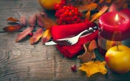 Tabla de la acción de gracias adornada con las hojas de otoño Foto de archivo