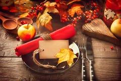 Tabla de la acción de gracias adornada con las hojas de otoño Fotos de archivo