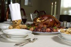 Tabla de la acción de gracias con el cocinero Bear fotografía de archivo