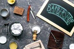 Tabla de la barbería en concepto cosmético de los hombres en la opinión superior del fondo gris Fotografía de archivo libre de regalías