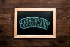 Tabla de la barbería en concepto cosmético de los hombres en maqueta de madera de la opinión superior del fondo Foto de archivo libre de regalías