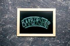 Tabla de la barbería en concepto cosmético de los hombres en maqueta gris de la opinión superior del fondo Fotos de archivo