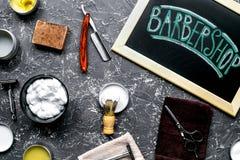 Tabla de la barbería en concepto cosmético de los hombres en el top gris del fondo Foto de archivo