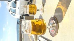 Tabla de la barra con dos cervezas y una opinión del mar almacen de video