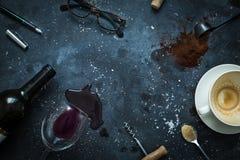 Tabla de la barra - taza de café, vino, vidrios y pluma vacíos Imagenes de archivo