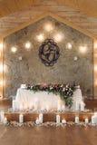 Tabla de la boda adornada con el ramo y las velas Foto de archivo libre de regalías