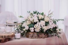Tabla de la boda adornada con el ramo y las velas Fotografía de archivo libre de regalías