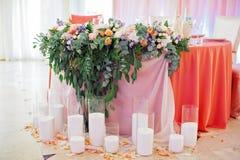 Tabla de la boda adornada con el ramo y las velas Foto de archivo