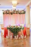 Tabla de la boda adornada con el ramo y las velas Imagen de archivo libre de regalías