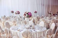 Tabla de la boda adornada maravillosamente con el flowe Imagen de archivo
