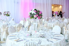Tabla de la boda adornada maravillosamente con las flores Fotografía de archivo