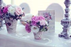 Tabla de la boda adornada maravillosamente con las flores Fotos de archivo libres de regalías