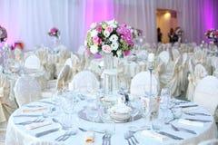 Tabla de la boda adornada maravillosamente con las flores Imagen de archivo
