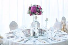 Tabla de la boda adornada maravillosamente con las flores Imágenes de archivo libres de regalías