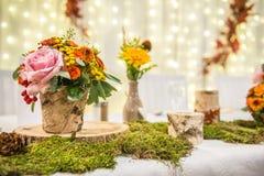 Tabla de la boda con el arreglo floral preparado para la pieza central de la recepci?n, de la boda, del cumplea?os o del aconteci fotografía de archivo